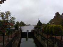 Sluisje bij Nauwernaa met zicht op de watertoren van Assendelft